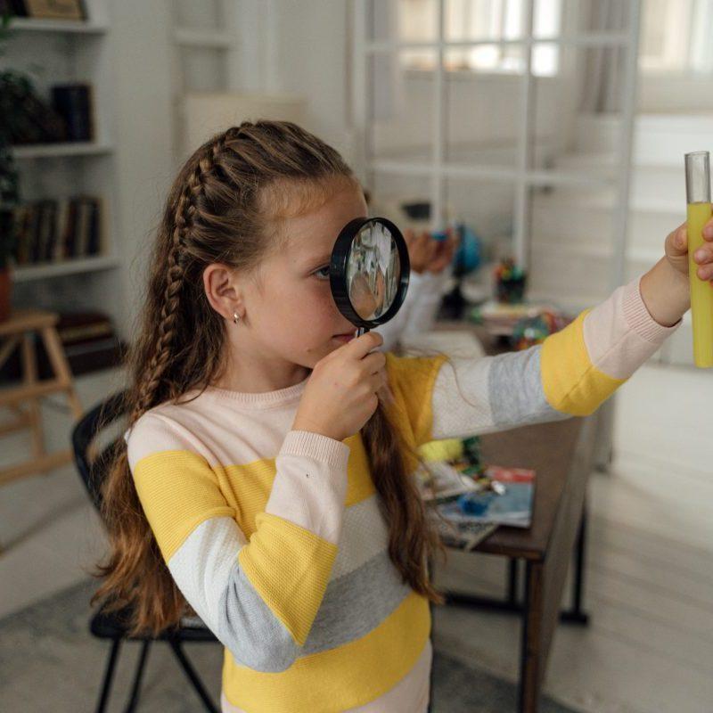 petite fille scientifique