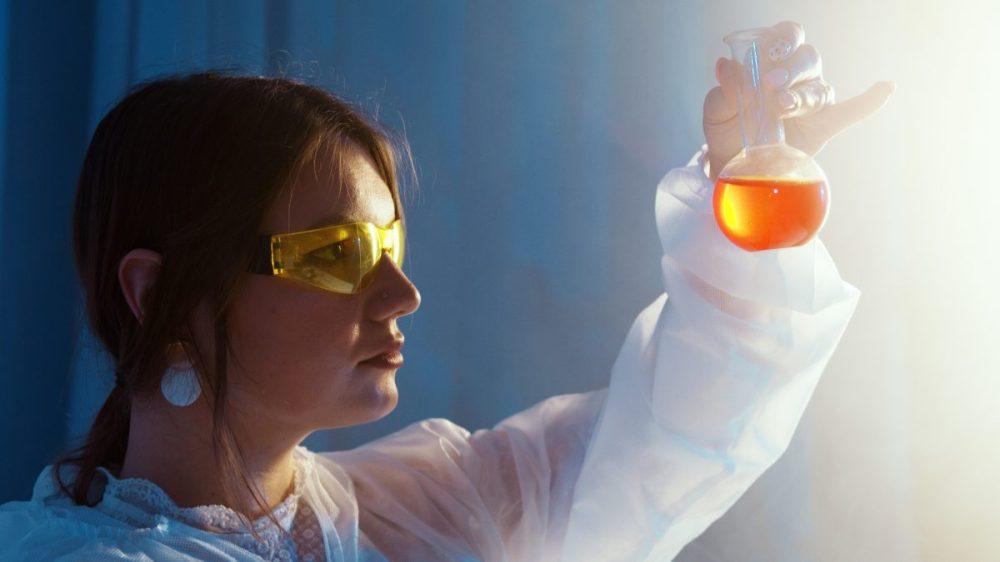 femme scientifique expérience