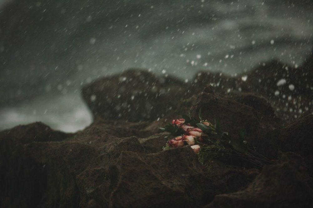 bouquet abandonné, pluie, mélancolie
