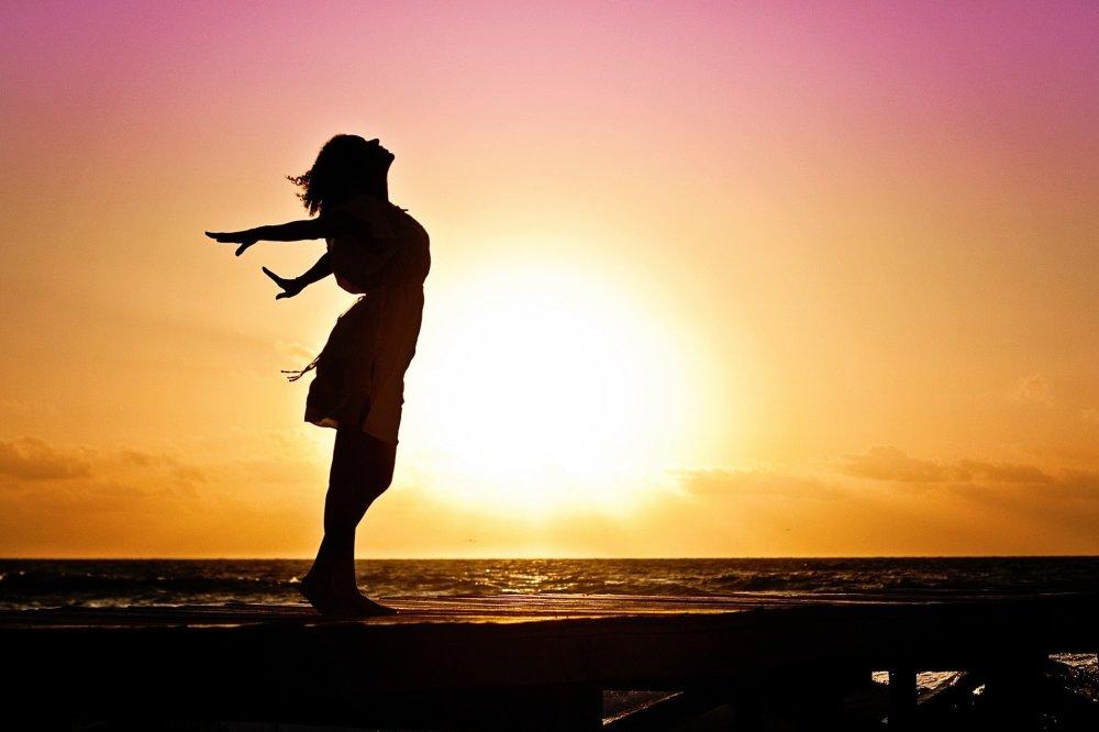 femme heureuse, coucher de soleil