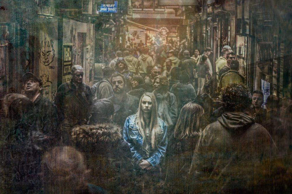 femme seule dans une foule