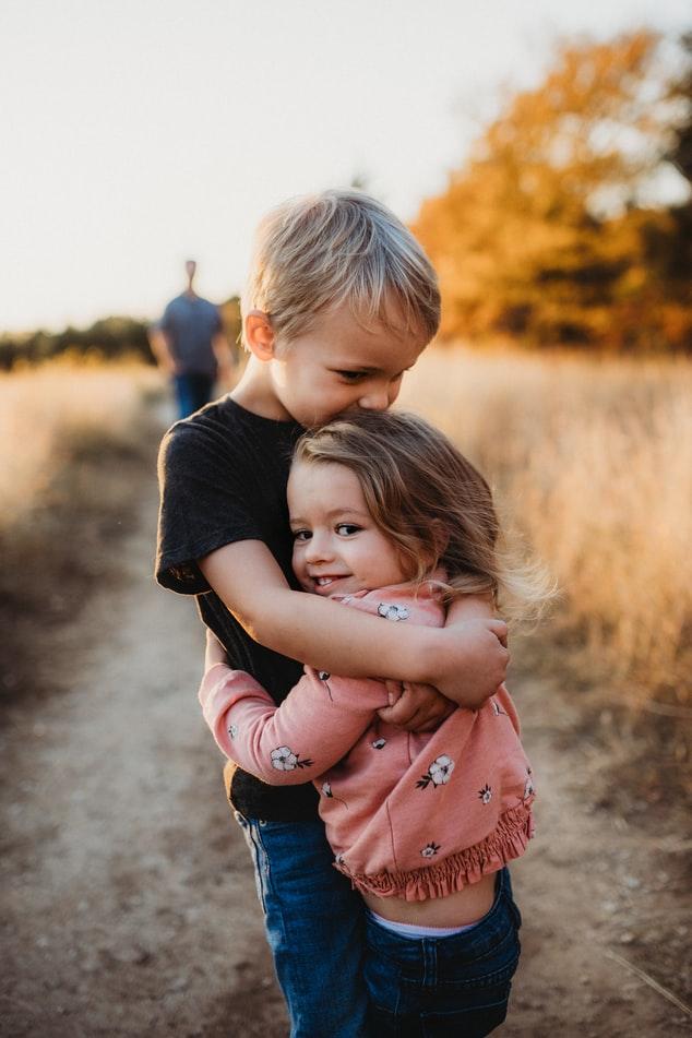 frère et soeur, complicité, affection, tendresse