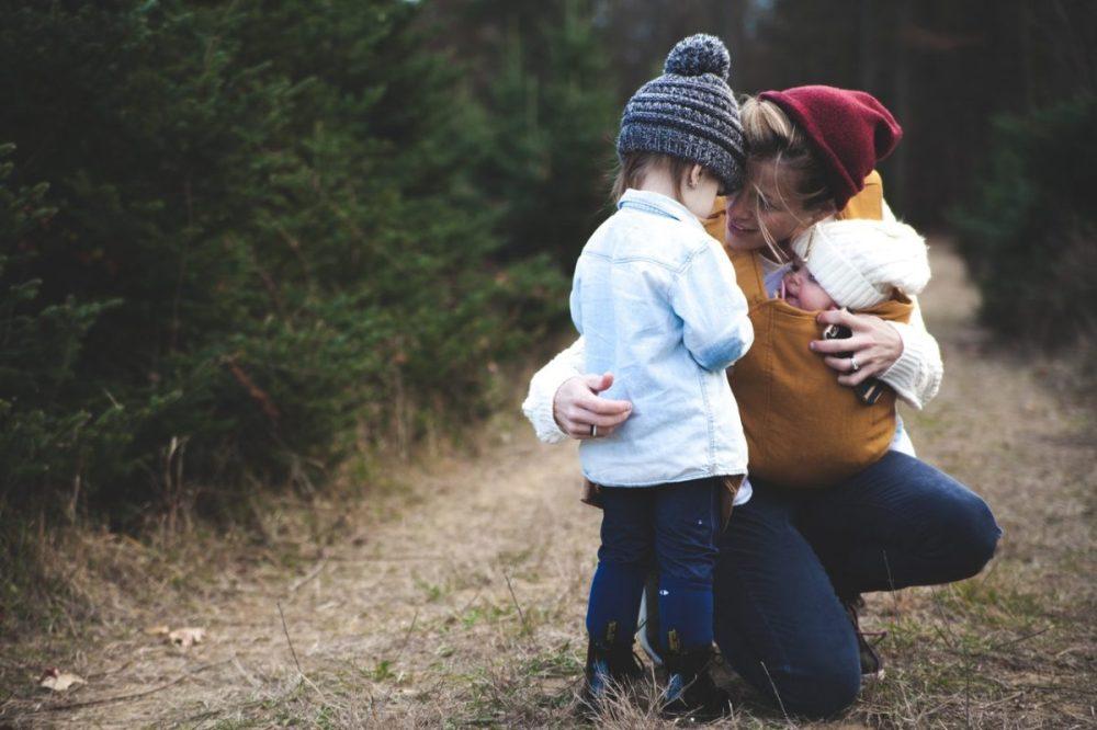 maman porte-bébé consoler